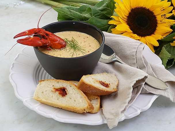 Gräddig soppa eller sås på kräftfondskok