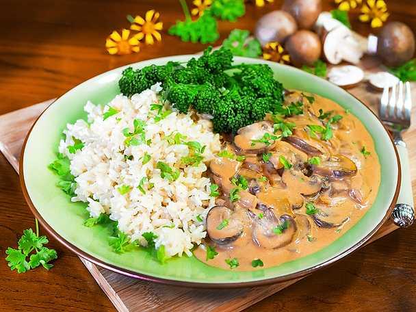 Gräddig vegansk svampstroganoff med ris