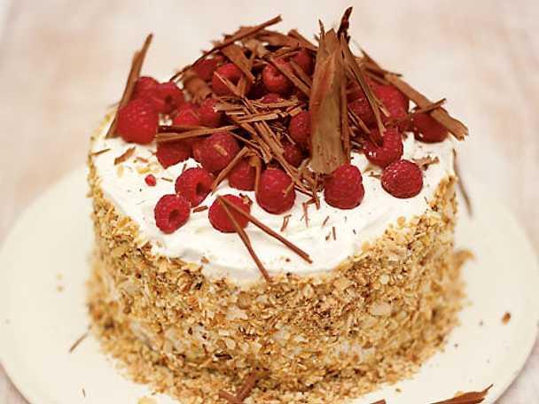 Gräddtårta med sommarbär gjord på fusktårtbottnar