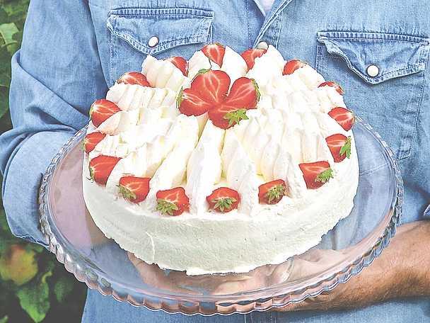 Gräddtårta med vaniljkräm och jordgubbar