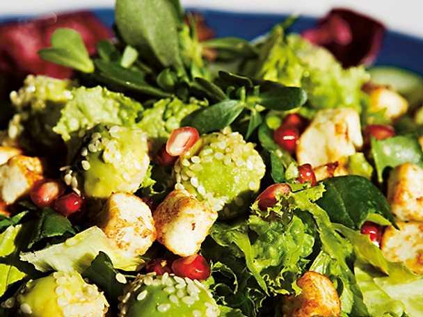 Granatäppelsallad med grillad kyckling och avokado
