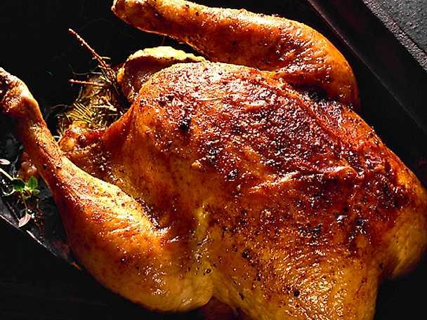 Granrisstekt hel kyckling i gryta