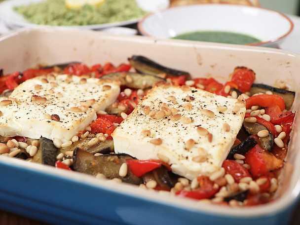 Gratinerad fetaost med aubergine och paprika