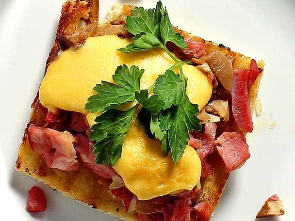 Gratinerad toast med svamp och skinka