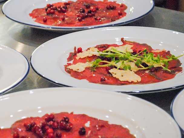 Gravad älgfilé med ginmarinerade lingon och parmesanflarn