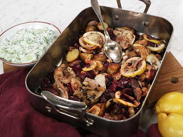 Grekisk allt på en plåt-kyckling med gurksallad