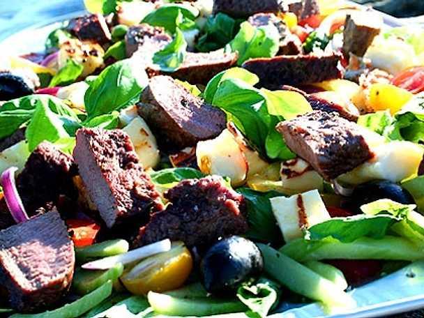 Grekisk sallad med grillat lamm och halloumi