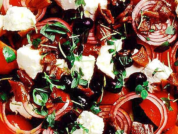 Grekisk sallad med sardeller och solmogna tomater