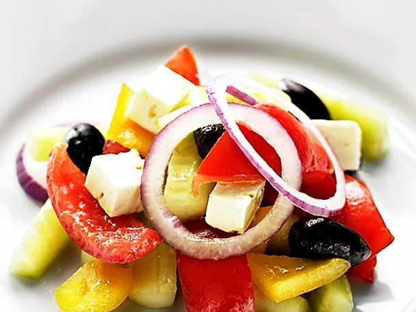 Grekisk sallad med solmogna tomater