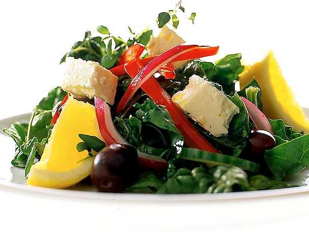 Grekisk sallad på färsk bladspenat