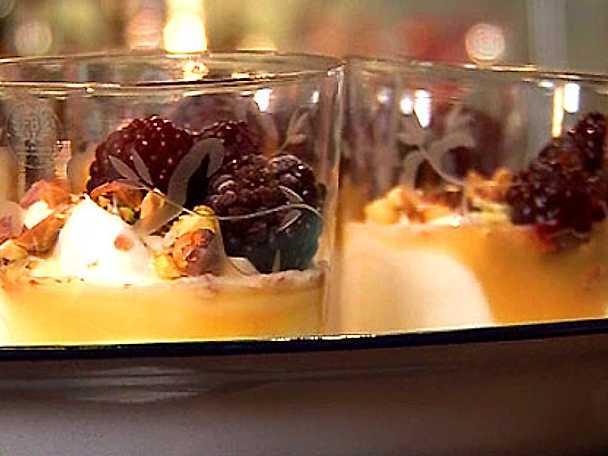 Grekisk yoghurt med honung, björnbär och rostade nötter