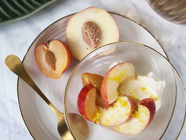 Grekisk yoghurt med vinmarinerad frukt