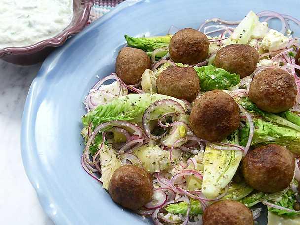 Grekiska lammköttbullar med fetasallad och tzatziki