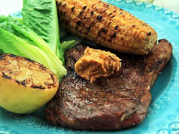 Grillad biff med BBQ-kryddsmör och majs