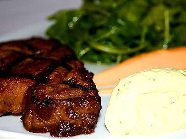 """Grillad biff med sötpotatisaioli, grönsallad och creme fraiche """"bearnaise"""""""
