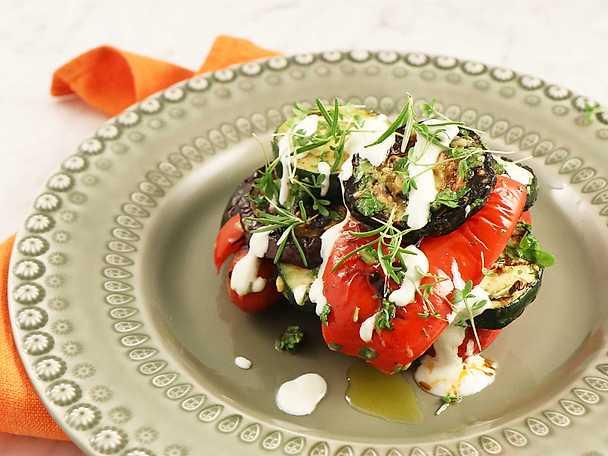Grillad chorizo med grillade grönsaker och yoghurt