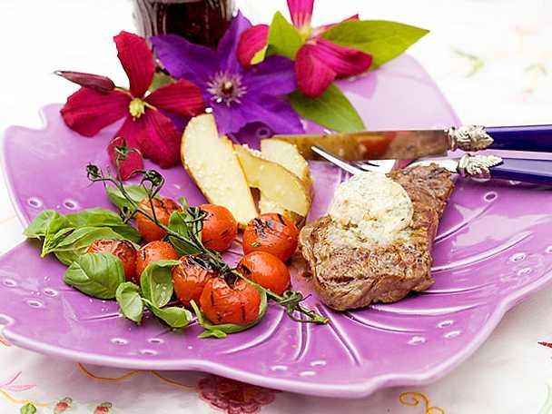 Grillad entrecôte med ädelostsmör och tomater