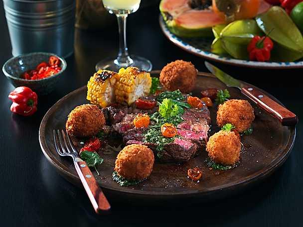 Grillad entrecôte med chimichurri, långbakade körsbärstomater samt potatis- och majskroketter