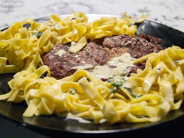 Grillad entrecote, serveras med fransk sås och färsk pasta
