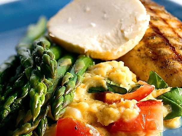 Grillad fiskfilé med kryddsmör, sparris och tomatrisotto