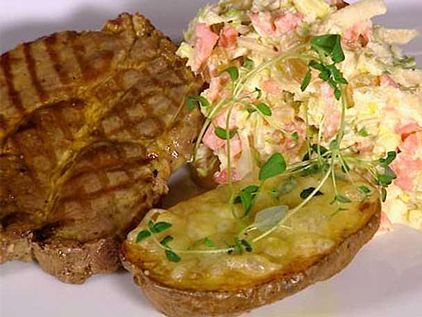 Grillad fläskkarré med coleslaw samt cheddarbakad asterixpotatis