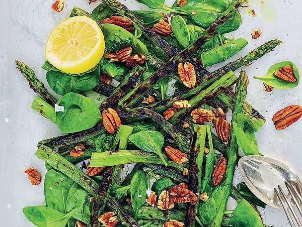 Grillad grön sparrissallad med spenat och pekannötter