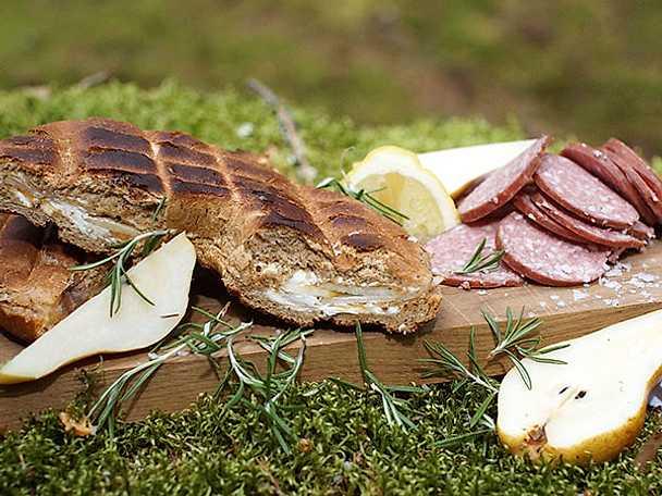 Grillad hålkaka med päron, jordnötssmör och rosmarin