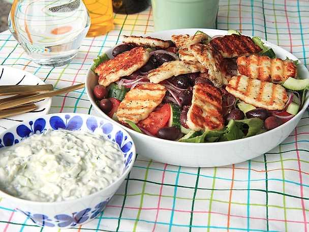 Grillad halloumi med oliv- och tomatsallad