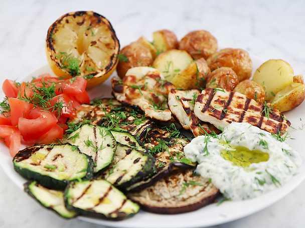 Grillad halloumi och grönsaker med tsatsiki och rostad potatis