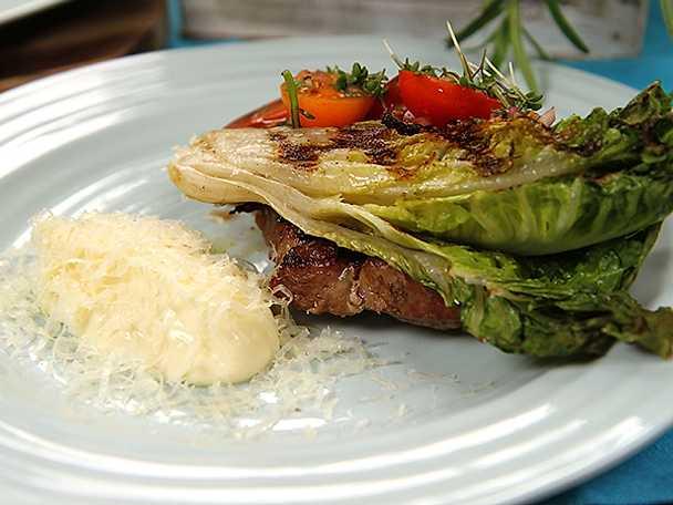 Grillad hjärtsallad med gruyère, tomater och fläskkarré