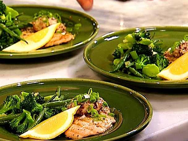 Grillad kalkonschnitzel med citronolivsmör och ljummen sallad