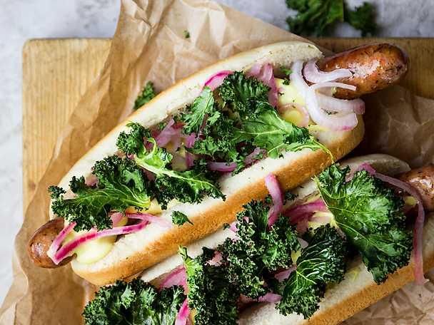 Grillad korv i bröd med senapsmajonnäs och grönkålschips