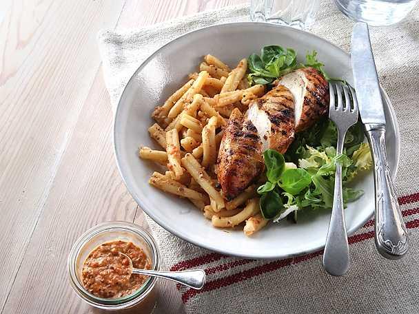 Grillad kyckling med pasta och paprikapesto