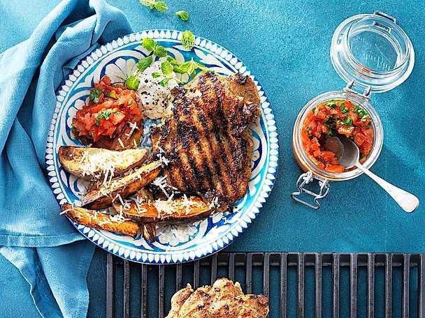 Grillad kycklingsteak tryffel med klyftpotatis, tomatsalsa och myntakräm