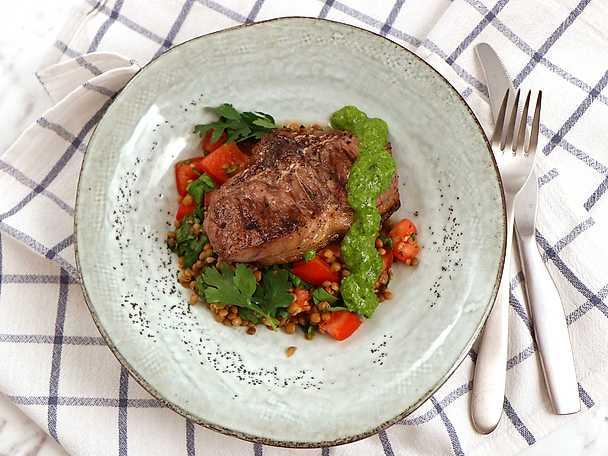 Grillad lammkotlett med spenat- och linssallad