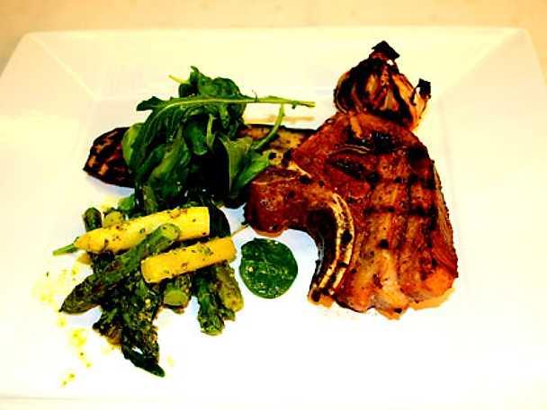 Grillad lammrygg med sparris i öländsk pesto, grillad aubergine och rostad vitlök