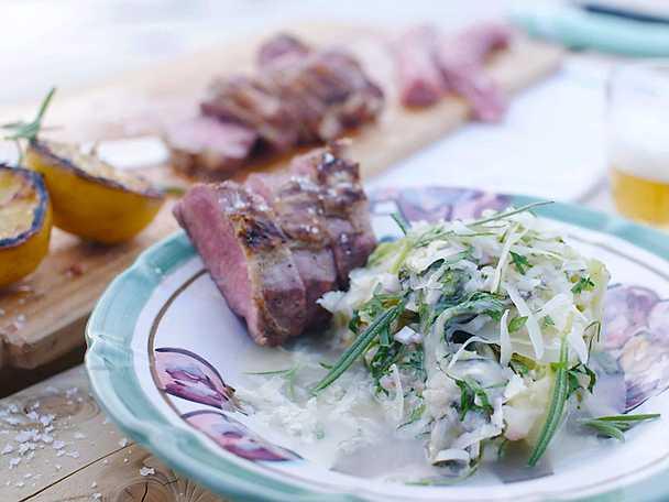 Grillad lammsadel med bräserad spetskål och getost