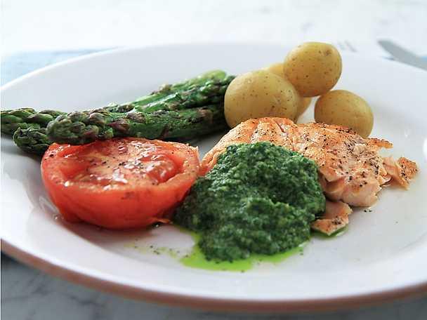 Grillad lax med salsa verde och potatis