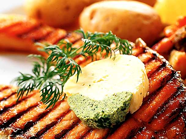 Grillad laxkotlett med kryddsmör och ratatouille