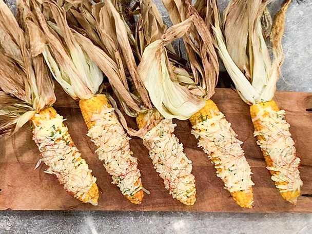Grillad majs med parmesan, bbq-sås och chipotle
