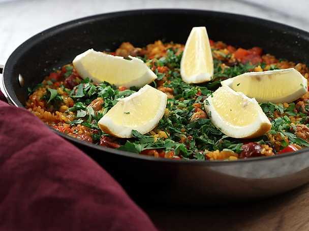 Grillad paella med kyckling och chorizo, Lisa Lemkes recept