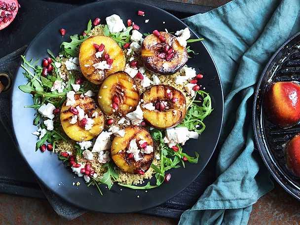 Grillad quinoasallad med nektarin och granatäpple