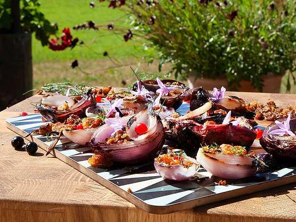 Grillad rödlök med brynta brödsmulor och vinbär