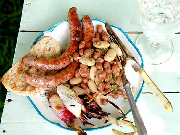 Grillad salsiccia med bönsallad