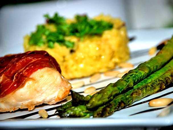Grillad seranoinlindad kyckling med fyllning av ädelost och saffransrisotto
