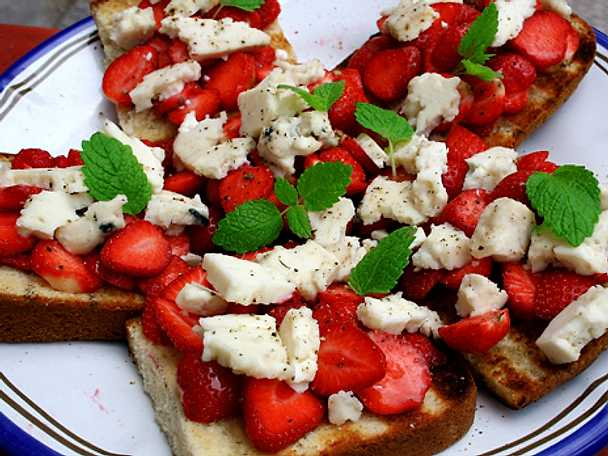 Grillad sockerkaka med jordgubbar och mögelost