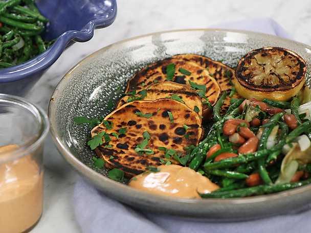 Grillad sötpotatis med bönsallad och bbq-majonnäs