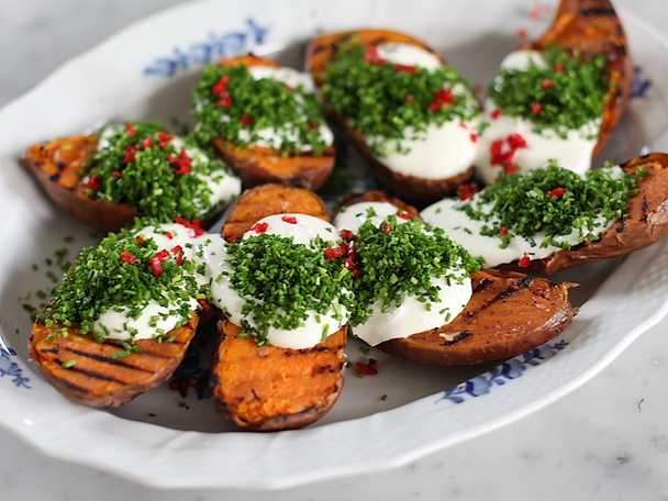 Grillad sötpotatis med gräddfil och chili - se & gör