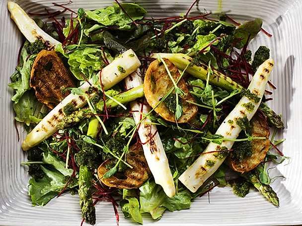 Grillad sparris med pesto, sallad, rödbetor och bruschetta