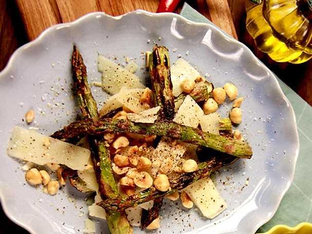 Grillad sparrissallad med hasselnötter och pecorino